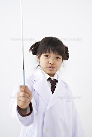 指示棒を持つ少女の素材 [FYI01032189]