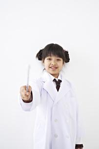 指示棒を持つ少女の素材 [FYI01032191]