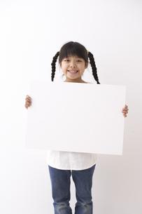 ボードを持つ少女の素材 [FYI01032214]