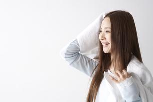 髪を拭く女性の素材 [FYI01032225]