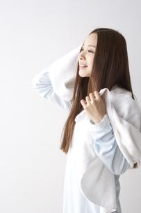 髪を拭く女性の素材 [FYI01032230]
