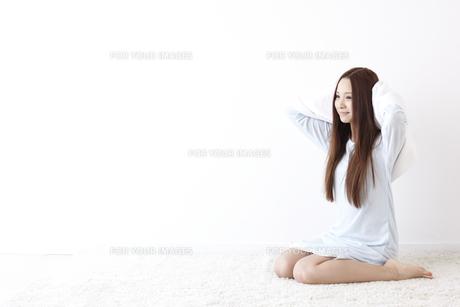 髪を拭く女性の素材 [FYI01032237]