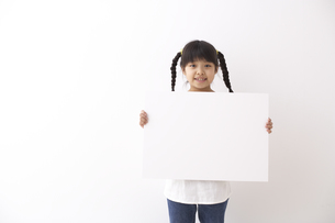ボードを持つ少女の素材 [FYI01032250]