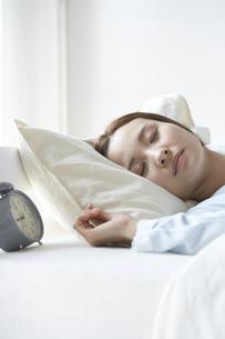 眠る女性の素材 [FYI01032256]