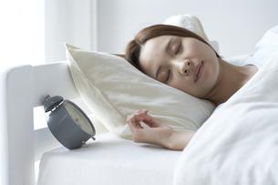 眠る女性の素材 [FYI01032257]
