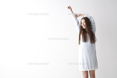 伸びをする女性の素材 [FYI01032262]