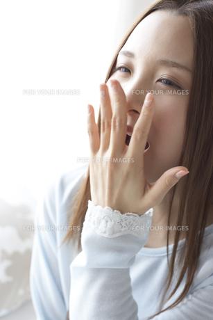 あくびをする女性の素材 [FYI01032281]