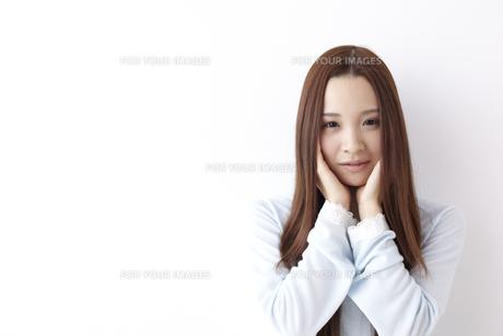 頬杖をつく女性の素材 [FYI01032303]
