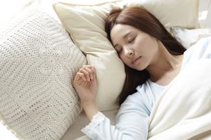 眠る女性の素材 [FYI01032305]