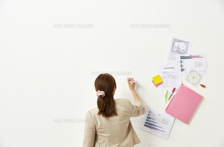 ペンを持つビジネスウーマンと書類の素材 [FYI01032307]