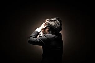 悩むビジネスマンの素材 [FYI01032311]