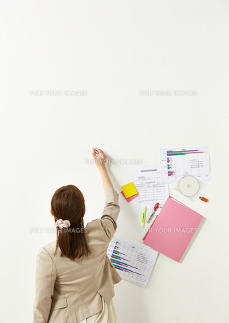 ペンを持つビジネスウーマンと書類の素材 [FYI01032316]