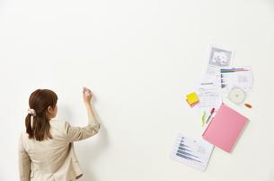 ペンを持つビジネスウーマンと書類の素材 [FYI01032318]
