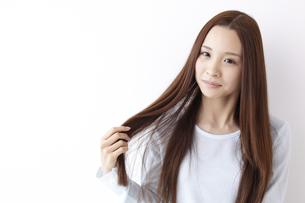 髪をさわる女性の素材 [FYI01032325]