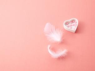 ピンクの薬とハートと羽根の素材 [FYI01032327]