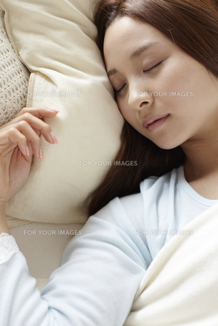 眠る女性の素材 [FYI01032328]