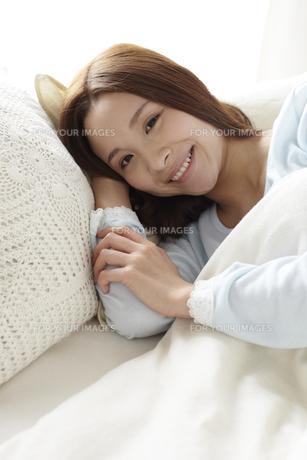 横たわる女性の素材 [FYI01032329]