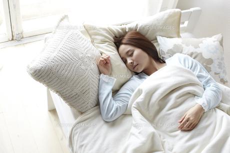 眠る女性の素材 [FYI01032334]