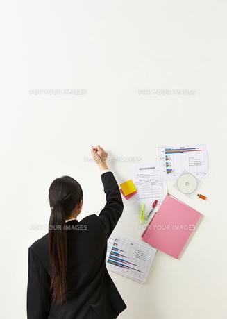 ペンを持つビジネスウーマンと書類の素材 [FYI01032348]