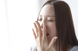 あくびをする女性の素材 [FYI01032349]