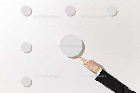 ボードを指差すビジネスウーマンの素材 [FYI01032378]