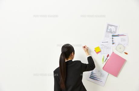 ペンを持つビジネスウーマンと書類の素材 [FYI01032384]