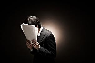 悩むビジネスマンの素材 [FYI01032392]