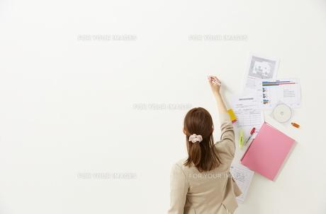 ペンを持つビジネスウーマンと書類の素材 [FYI01032411]