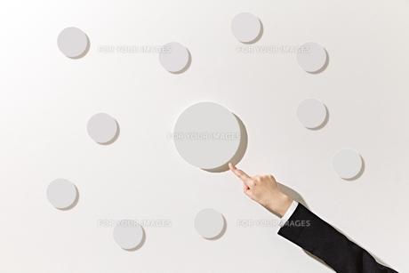 ボードを指差すビジネスウーマンの素材 [FYI01032470]