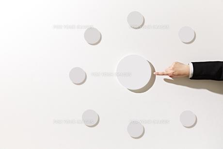 ボードを指差すビジネスウーマンの素材 [FYI01032472]