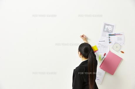 ペンを持つビジネスウーマンと書類の素材 [FYI01032481]