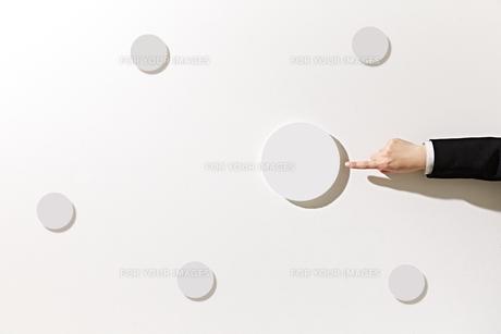 ボードを指差すビジネスウーマンの素材 [FYI01032489]