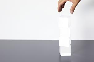積み重なったアクリルキューブと手の素材 [FYI01032498]