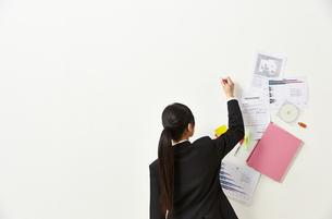ペンを持つビジネスウーマンと書類の素材 [FYI01032516]