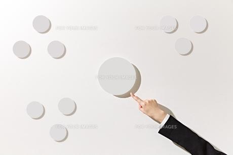 ボードを指差すビジネスウーマンの素材 [FYI01032517]