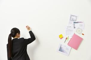 ペンを持つビジネスウーマンと書類の素材 [FYI01032528]