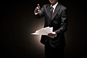 説明をするビジネスマンの素材 [FYI01032581]
