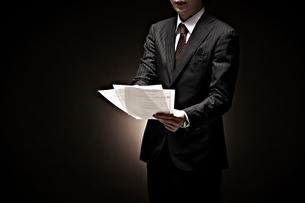 説明をするビジネスマンの素材 [FYI01032611]