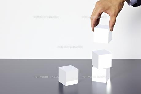 積み重なったアクリルキューブと手の素材 [FYI01032626]