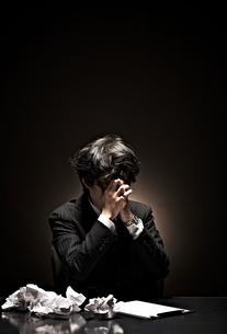 悩むビジネスマンの素材 [FYI01032627]