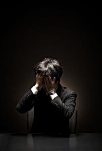 悩むビジネスマンの素材 [FYI01032632]
