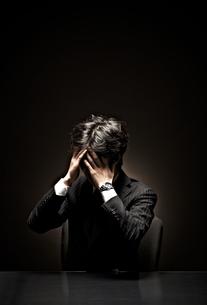 悩むビジネスマンの素材 [FYI01032634]