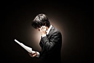 悩むビジネスマンの素材 [FYI01032636]