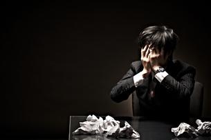 悩むビジネスマンの素材 [FYI01032644]