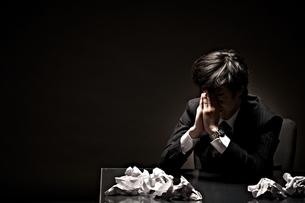 悩むビジネスマンの素材 [FYI01032648]
