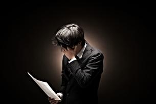 悩むビジネスマンの素材 [FYI01032661]