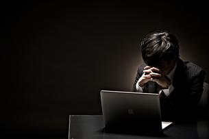悩むビジネスマンの素材 [FYI01032663]