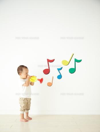 遊んでいる子供の素材 [FYI01032672]