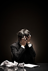 悩むビジネスマンの素材 [FYI01032673]