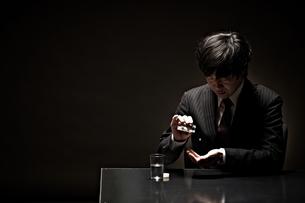 悩むビジネスマンの素材 [FYI01032681]
